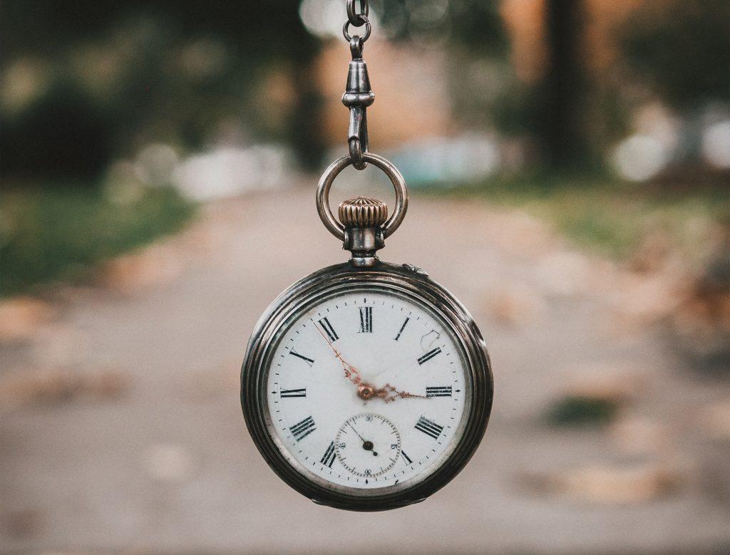 Representación de la flexibilidad horaria de la terapia y que puede ser tanto online como presencial, y la opción de reserva de hora.
