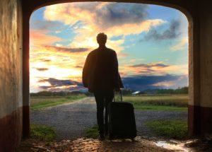 Persona llevando una maleta llena de valores